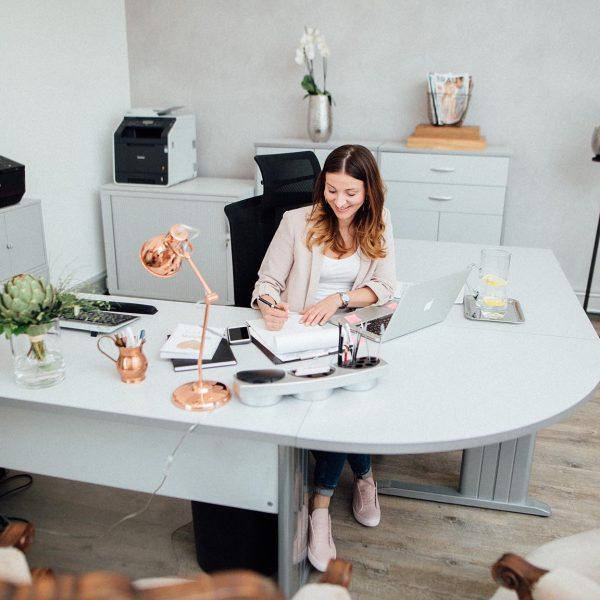 Agentur Perfect - Brigitte Truppe am planen am Schreibtisch im Büro in Feldkirchen