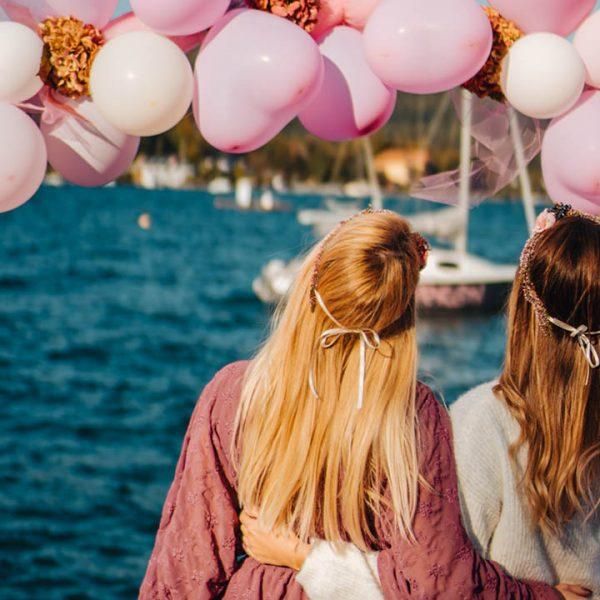 Agentur Perfect - Event- & Modelagentur in Österreich - Freundinnen am Ufer des Wörthersees mit Luftballons