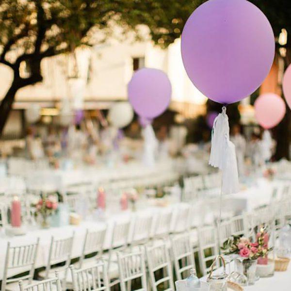 Agentur Perfect - Event- & Modelagentur in Österreich - Luftballons mit gedeckten Tischen für eine Hochzeit im Freien