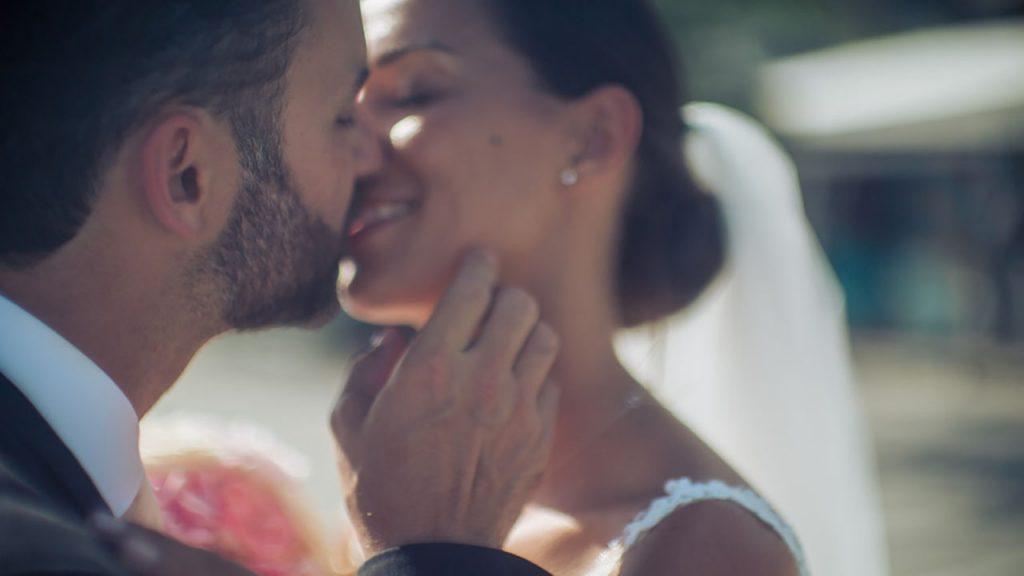 Agentur Perfect - Event- & Hochzeitsplaner in Österreich - Paar küsst sich romantisch bei der Hochzeit