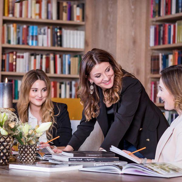 Agentur Perfect - Event- & Modelagentur in Österreich - Brigitte Truppe Teambesprechung im Büro in Feldkirchen