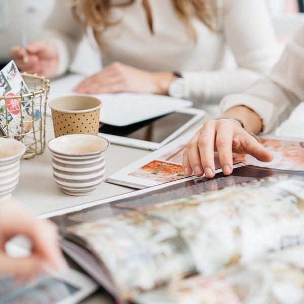 Agentur Perfect - das Team beim gemeinsamen Planen am Schreibtisch