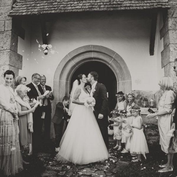 Agentur Perfect - Event- & Hochzeitsplaner in Österreich - Paar küsst sich romantisch bei der Hochze
